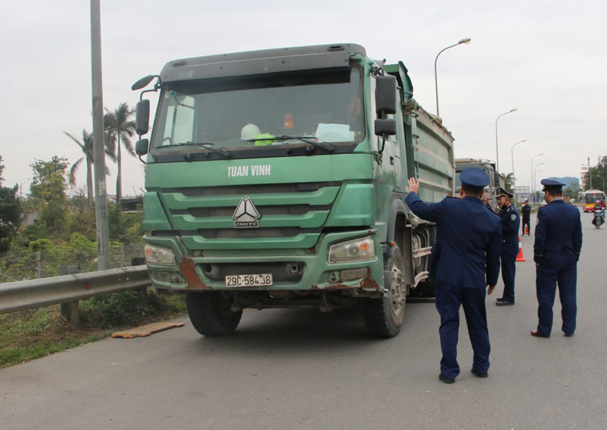 The vehicle violating the cargo was temporarily detained at 8/1 in the morning.  Photo: Anh Duy.