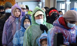 Hàng nghìn người lên đỉnh Fansipan mong ngắm tuyết