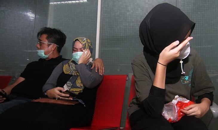 Người nhà hành khách máy bay chờ tin tại sân bay Supadio ở Pontianak ngày 9/1. Ảnh: AFP.