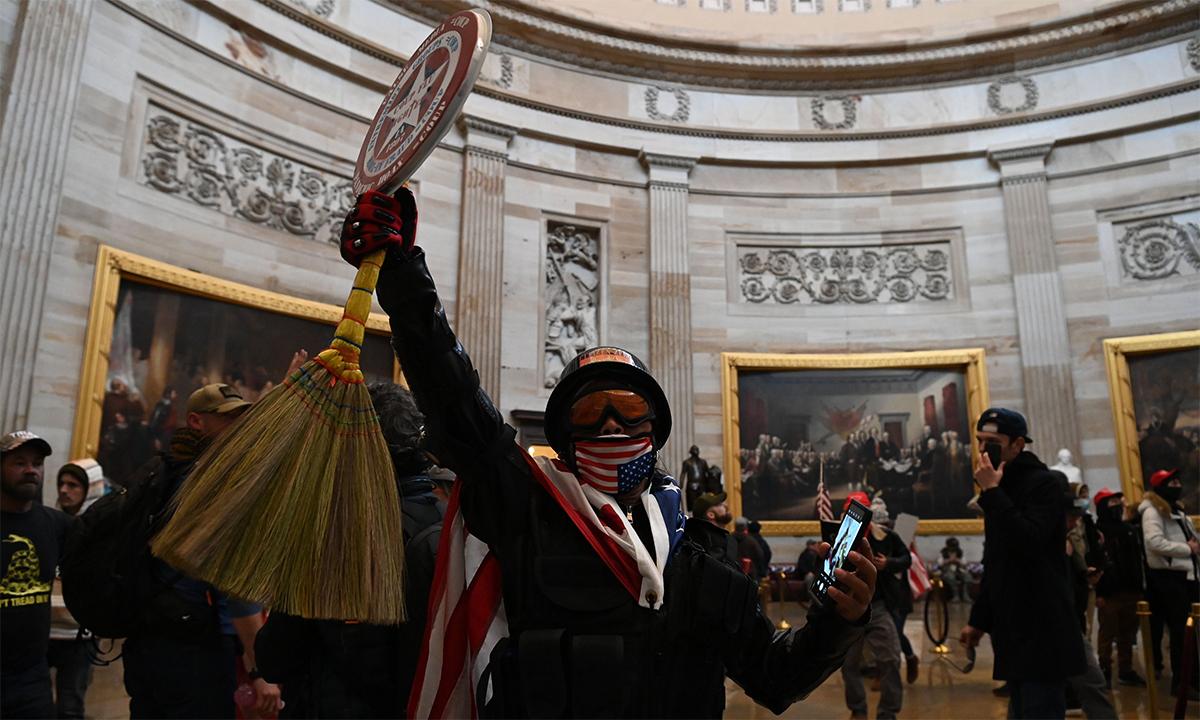 Người ủng hộ Trump tràn vào bên trong tòa nhà quốc hội Mỹ ngày 6/1. Ảnh: AFP.