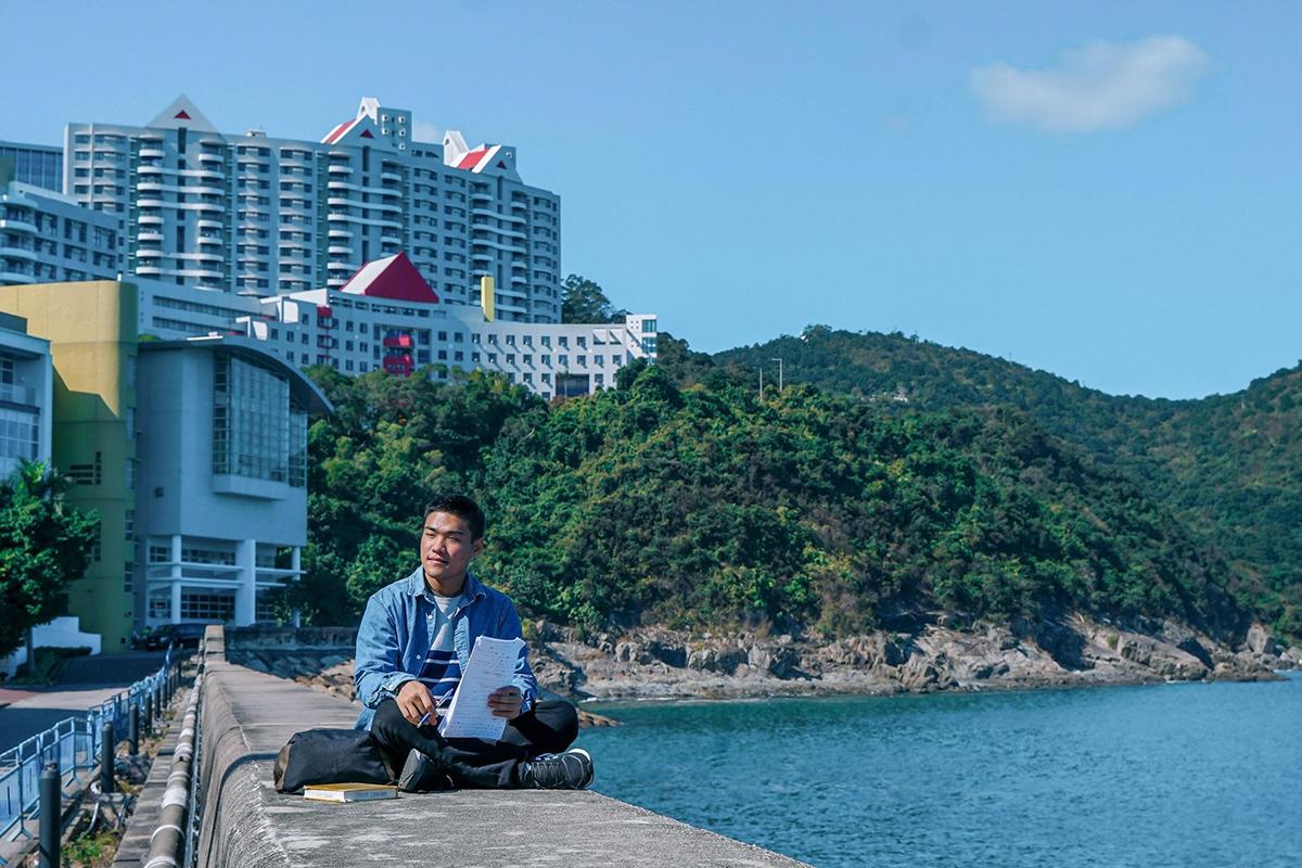 Tân cho biết cảm thấy thư thái khi ngồi học bài trước cảnh biển bao quanh Đại học Khoa học và Công nghệ Hong Kong. Ảnh nhân vật cung cấp.