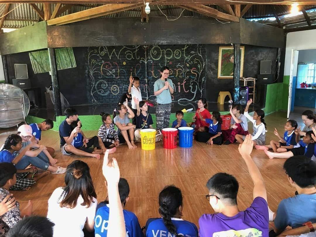 Lớp học do Châu (người cầm micrô) tổ chức về phân loại rác tại Campuchia vào năm 2019. Ảnh nhân vật cung cấp.