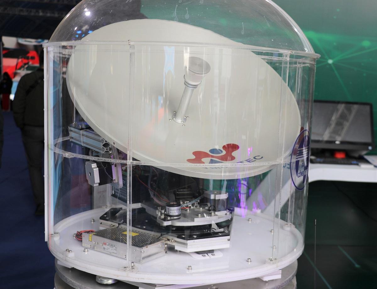 Sản phẩm trạm thu di động tín hiệu truyền hình vệ tinh ứng dụng trên tàu biển do Đại học Công nghệ Hà Nội nghiên cứu. Trạm thu có đường kính 610 mm, khối lượng 18 kg giúp thu tín hiệu vệ tinh trên tàu biển. Công nghệ đã sẵn sàng được chuyển giao.