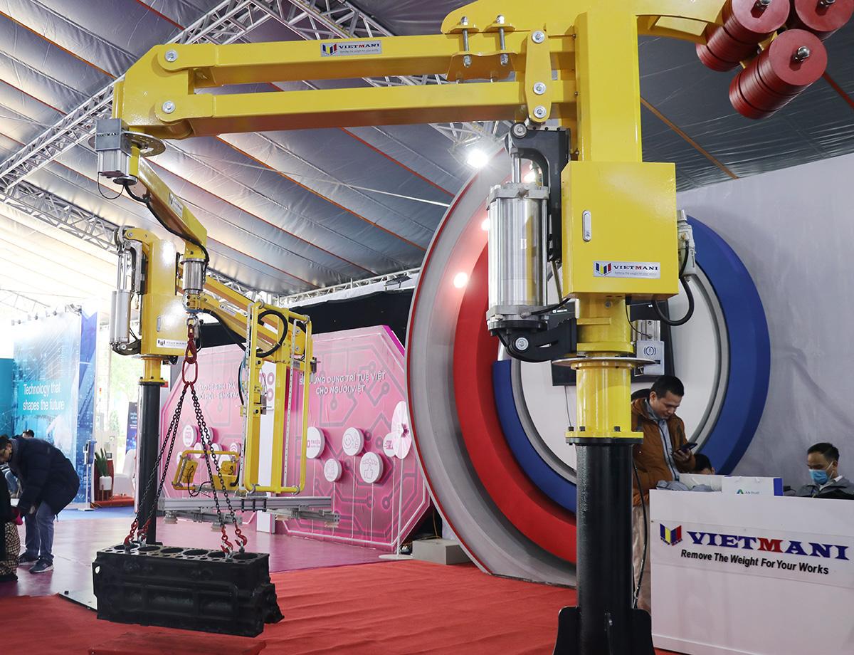 Công nghệ tay nâng trợ lực do công ty Việt Vietmani phát triển có khả năng hỗ trợ lực tới 99,5%, có thể nâng khối thép nặng 320 kg với lực nâng nhẹ chỉ bằng một chai nước suối, khả năng nâng tải lên tới 1.200 kg với bán kính làm việc đạt 4.500 mm. Cánh tay tích hợp hệ thống trợ lực khí tự động, hệ thống kiểm soát áp suất thông minh và khóa an toàn chống nhà kẹp trong vận hành.