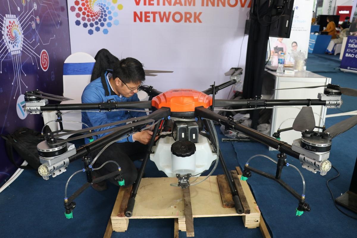 Drone made in Việt Nam do công ty MiSmart thiết kế, có thể bay cao 3.000 m, liên tục trong 20 phút, mang theo 23 lít thuốc trừ sâu, tỉ lệ nội địa 70%. Được tích hợp trí tuệ nhân tạo, thiết bị có thể phân tích dữ liệu ảnh cây trồng, chỉ ra những bất thường của cây và chẩn đoán loại bệnh, từ đó đề xuất phun thuốc trừ sâu thích hợp.