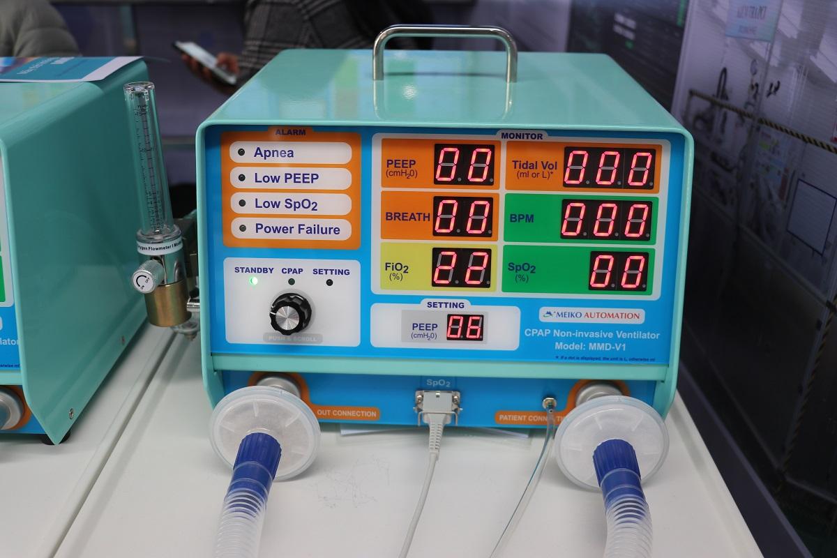 Máy thở không xâm nhập do Công ty Meiko phát triển được tích hợp giải pháp IoT dễ dàng theo dõi từ xa, thích hợp điều trị tại nhà, có khả năng canh báo sau 10 giây khi không thấy bệnh nhân hô hấp. Thiết bị có thể tích hợp với smartphone giúp việc sử dụng thuận tiện hơn.