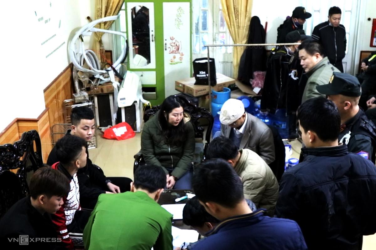 Nhà chức trách làm việc với một nhóm hoạt động cho vay lãi nặng. Ảnh: Quang Văn