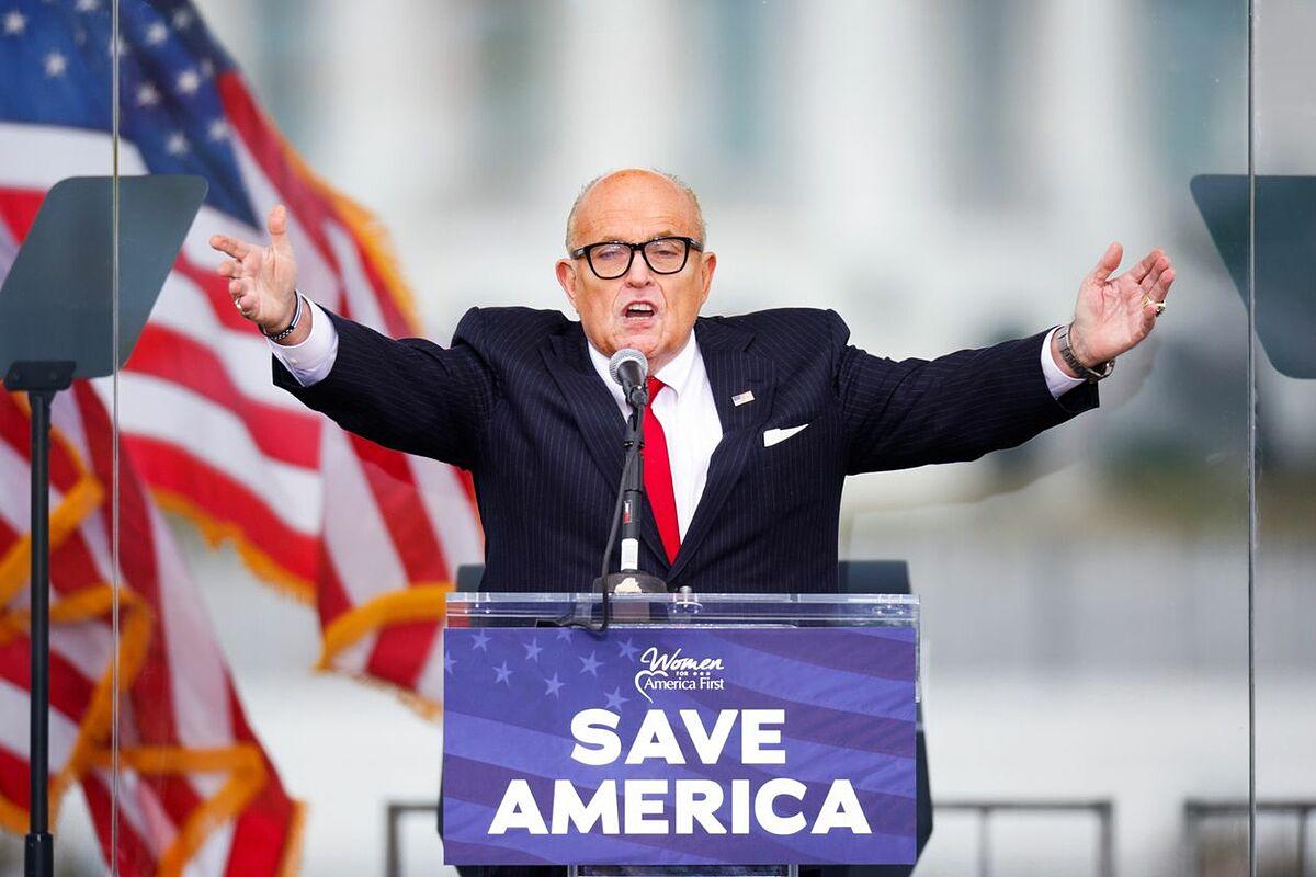 Luật sư Rudy Giuliani kêu gọi người ủng hộ Trump chiến đấu tại cuộc mít tinh ở Washington hôm 6/1. Ảnh: Reuters.