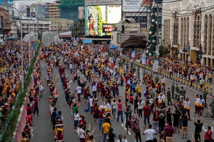 Dòng người xếp hàng chờ chiêm ngưỡng tượng Chúa Jesus ngoài nhà thờ Quiapo, thủ đô Manila, hôm 9/1. Ảnh: Reuters