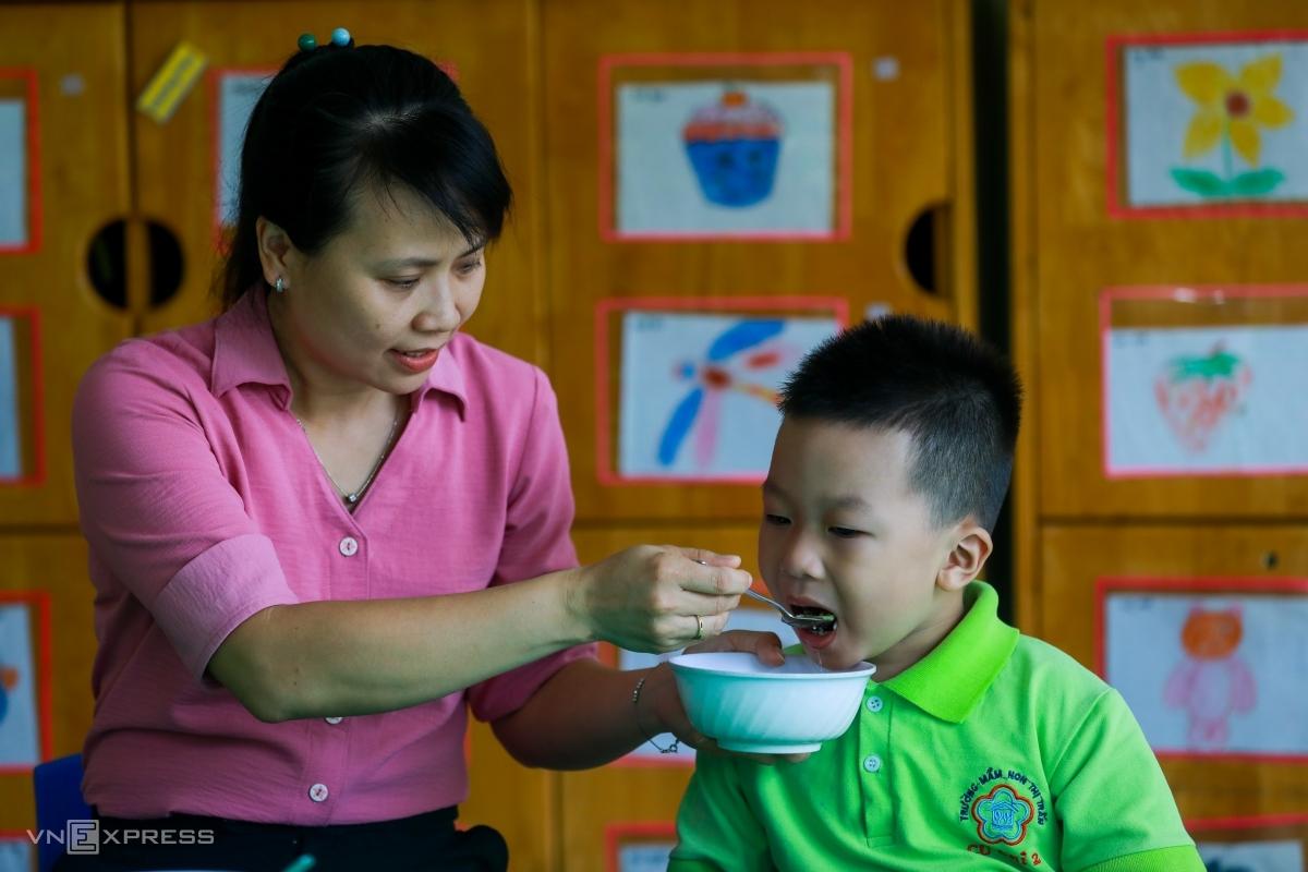 Học sinh mầm non của trường mầm non Củ Chi (thị trấn Củ Chi, TP HCM) được các giáo viên cho vui chơi, ăn uống, học tập tại trường, tháng 6/2020. Ảnh: Quỳnh Trần