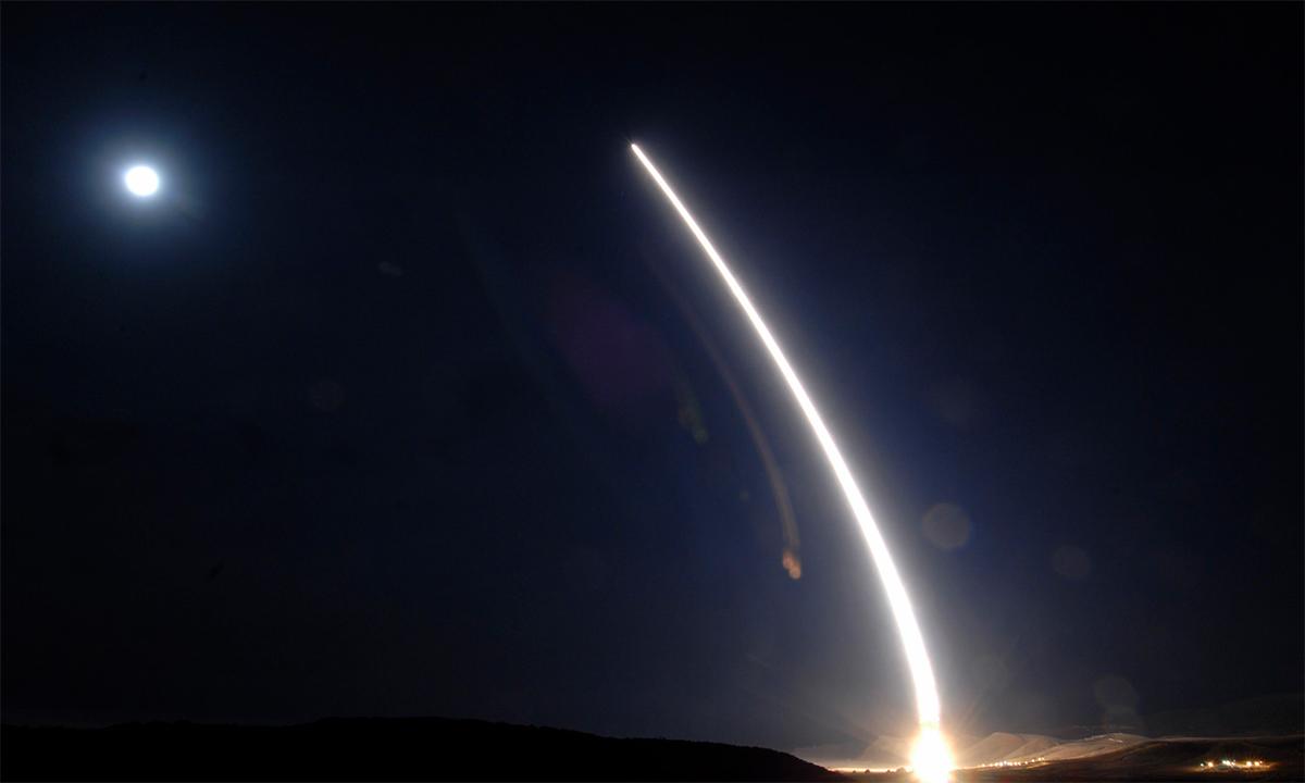 Tên lửa đạn đạo xuyên lục địa Minuteman III không mang đầu đạn hạt nhân được phóng từ căn cứ không quân Vandenberg, Mỹ, trong cuộc thử nghiệm tháng 12/2013. Ảnh: USAF.