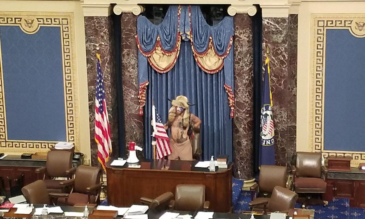 Jacob Anthony Chansley tạo dáng tại phòng họp của Thượng viện Mỹ, ngày 6/1. Ảnh: Twitter/stevennelson10.
