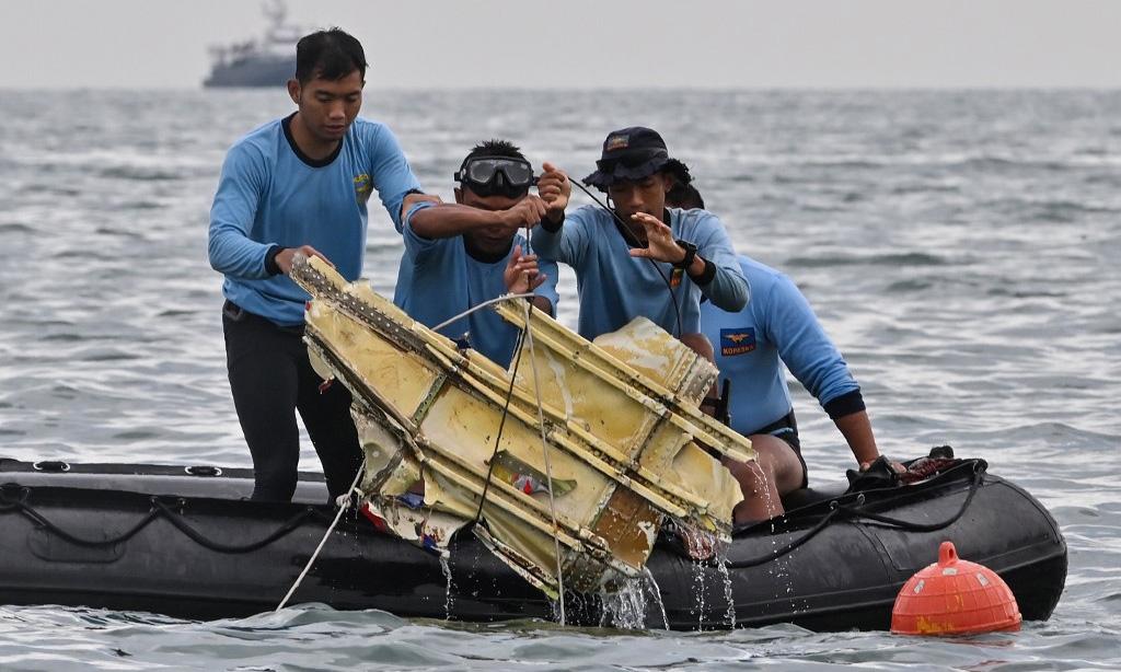 Hải quân Indonesia trục vớt mảnh vỡ từ chiếc Boeing 737-500 của Sriwijaya Air trên vùng biển gần đảo Lancang hôm 10/1. Ảnh: AFP.