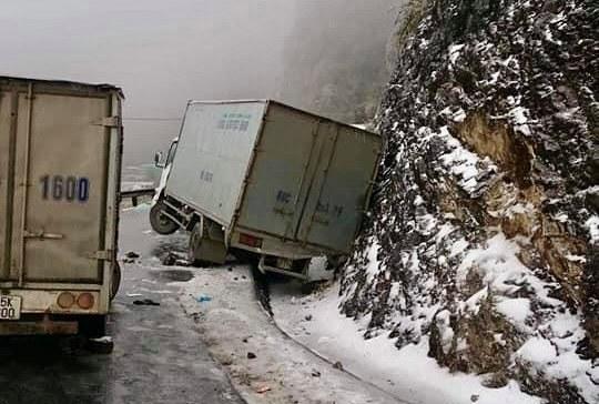 Xe tải mất lái đâm vào vách núi trên quốc lộ 4D. Ảnh: Lê Lượng