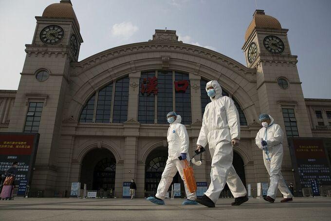 Các nhân viên y tế trước ga Hán Khẩu, thành phố Vũ Hán, Trung Quốc, hồi tháng 4/2020. Ảnh: AP.