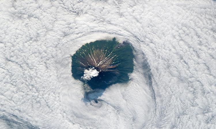 Đảo núi lửa Atlasov nhìn từ không gian. Ảnh: NASA Earth Observatory.