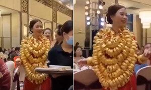 Cô dâu đeo vàng trĩu cổ trong ngày cưới