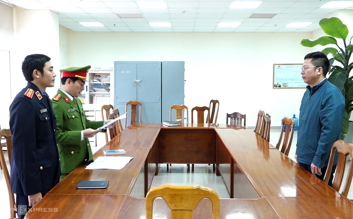 Ông Lâm nghe đọc quyết định khởi tố bị can. Ảnh: Quang Văn