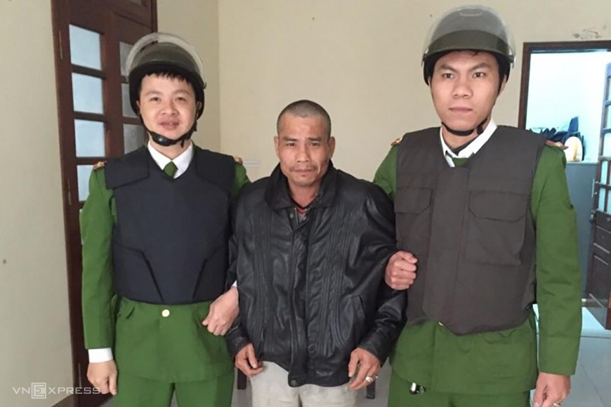 Ông Tuấn (giữa) tại cơ quan điều tra. Ảnh: Tr.T