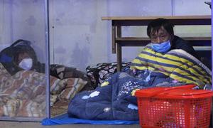 Người nhà bệnh nhân ngủ ngoài trời trong đêm giá rét