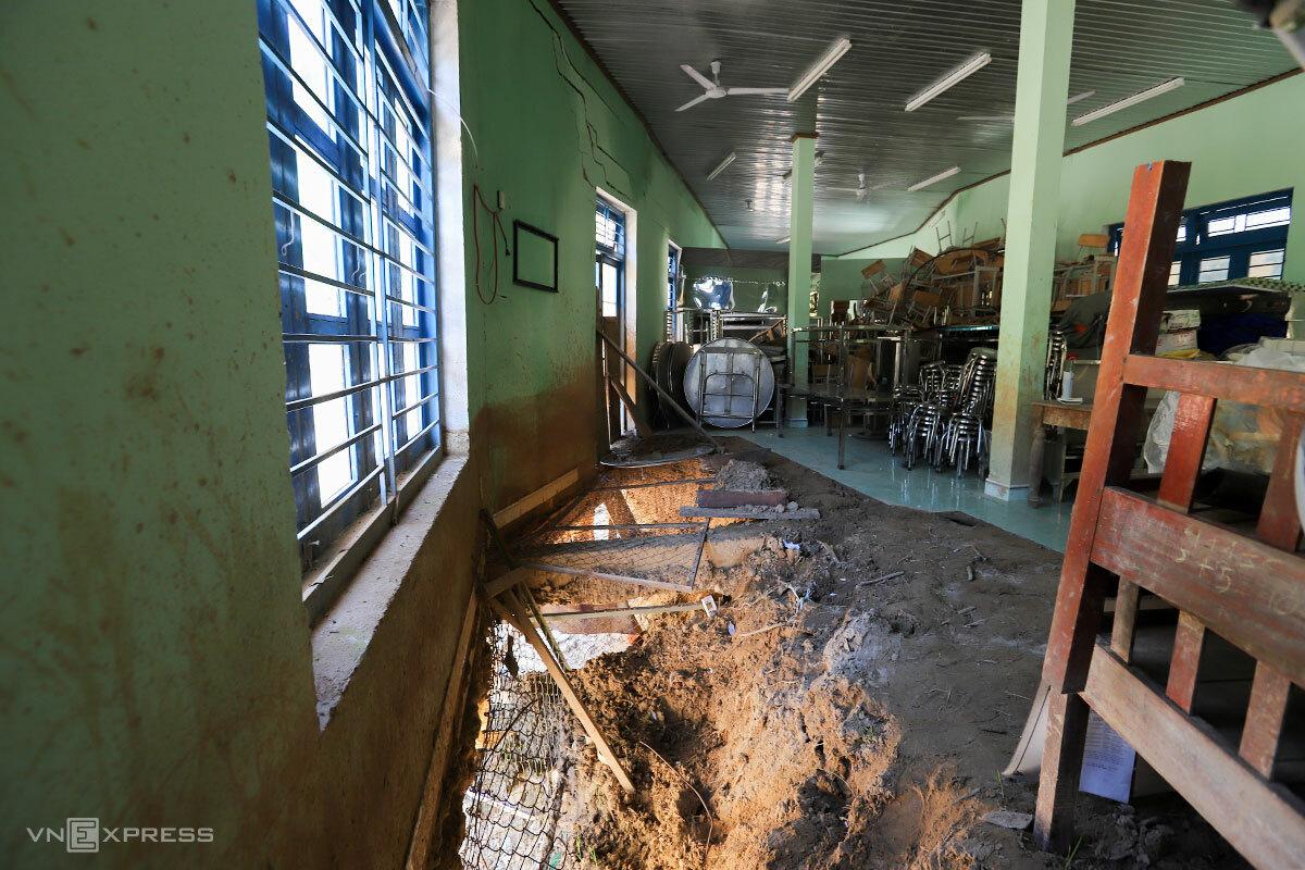 Khối nhà ăn kiên cố bị lũ đánh sập một phần nền. Ảnh: Nguyễn Đông.