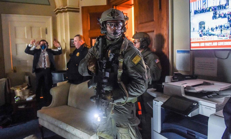 Sĩ quan đặc nhiệm khám xét các phòng trong tòa nhà quốc hội hôm 6/1. Ảnh:AFP.