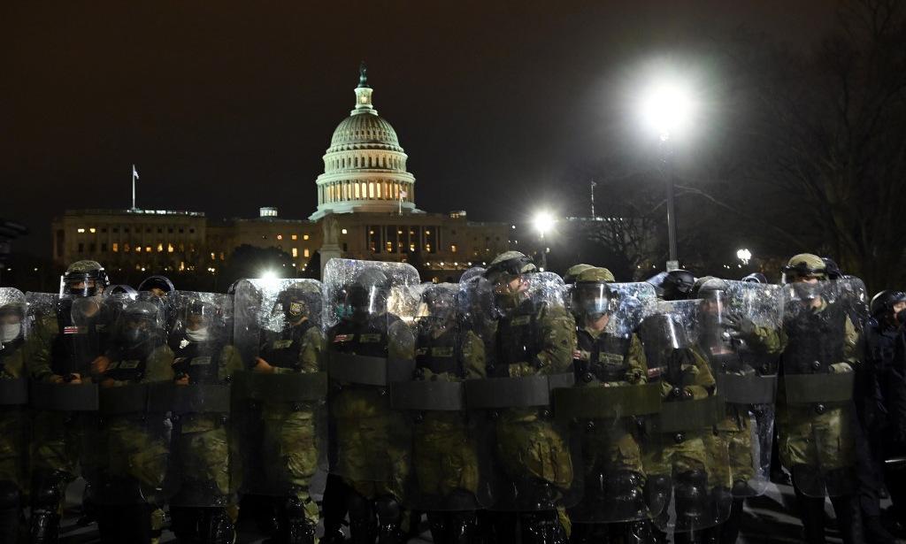 Cảnh sát chống bạo động bên ngoài Đồi Capitol tối 6/1. Ảnh: AFP.