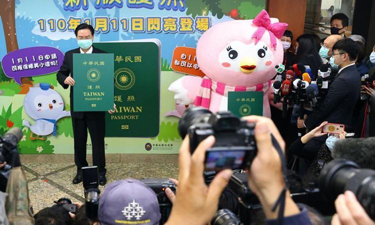 Người đứng đầu cơ quan đối ngoại Đài Loan Joseph Wu giới thiệu mẫu hộ chiếu mới tại Đài Bắc hôm nay. Ảnh: Reuters.