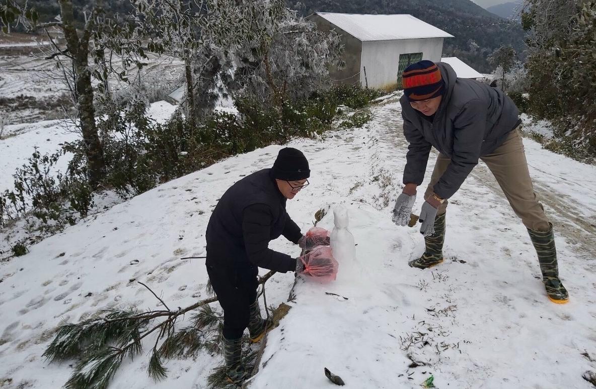 Du khách đắp tượng người tuyết tại Y Tý. Ảnh: Phu Suy Thó