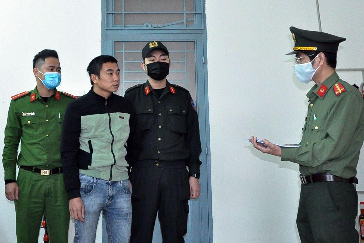 Nghi phạm Đinh Xuân Hiền nghe đọc lệnh khởi tố, bắt giam. Ảnh: Văn Hồ.