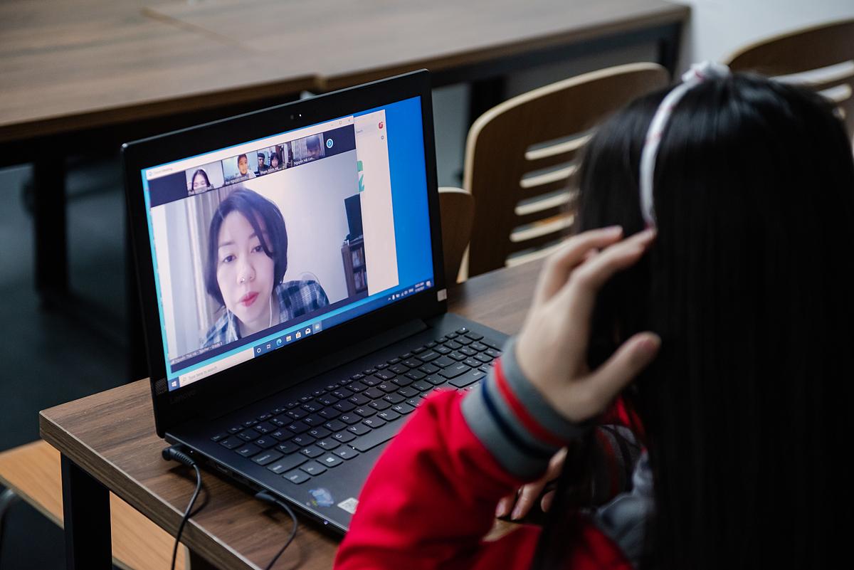 Học sinh tham dự lễ khai giảng trực tuyến. Ảnh: Ivy Global School.
