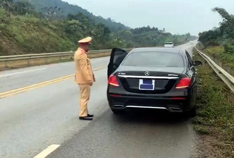 CSGT dừng chiếc xe Mercedes che biển số sáng 11/1. Ảnh: Minh Hải