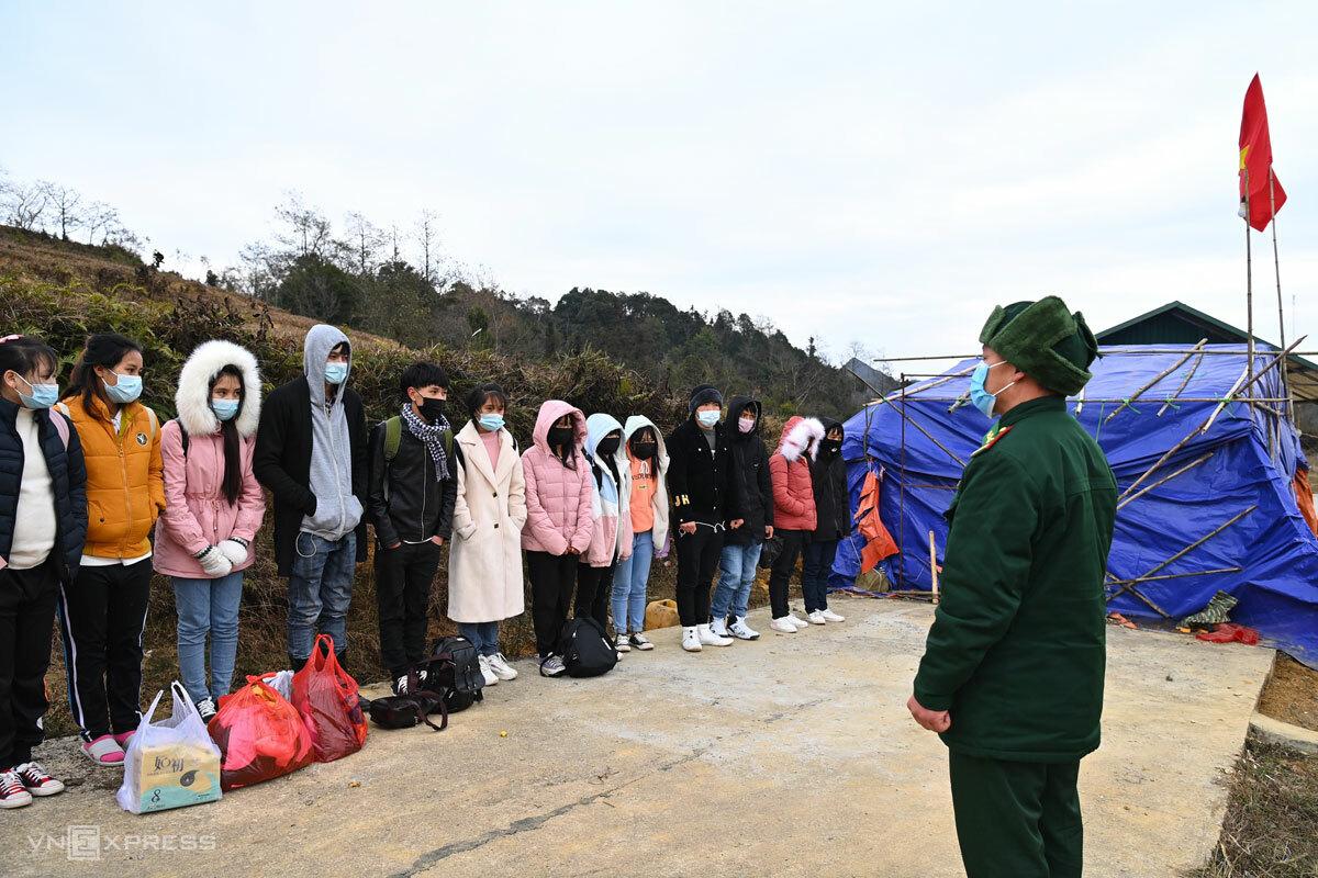 Cán bộ Đồn biên phòng Xín Cái tiếp nhận các công nhân được trao trả. Ảnh: Giang Huy