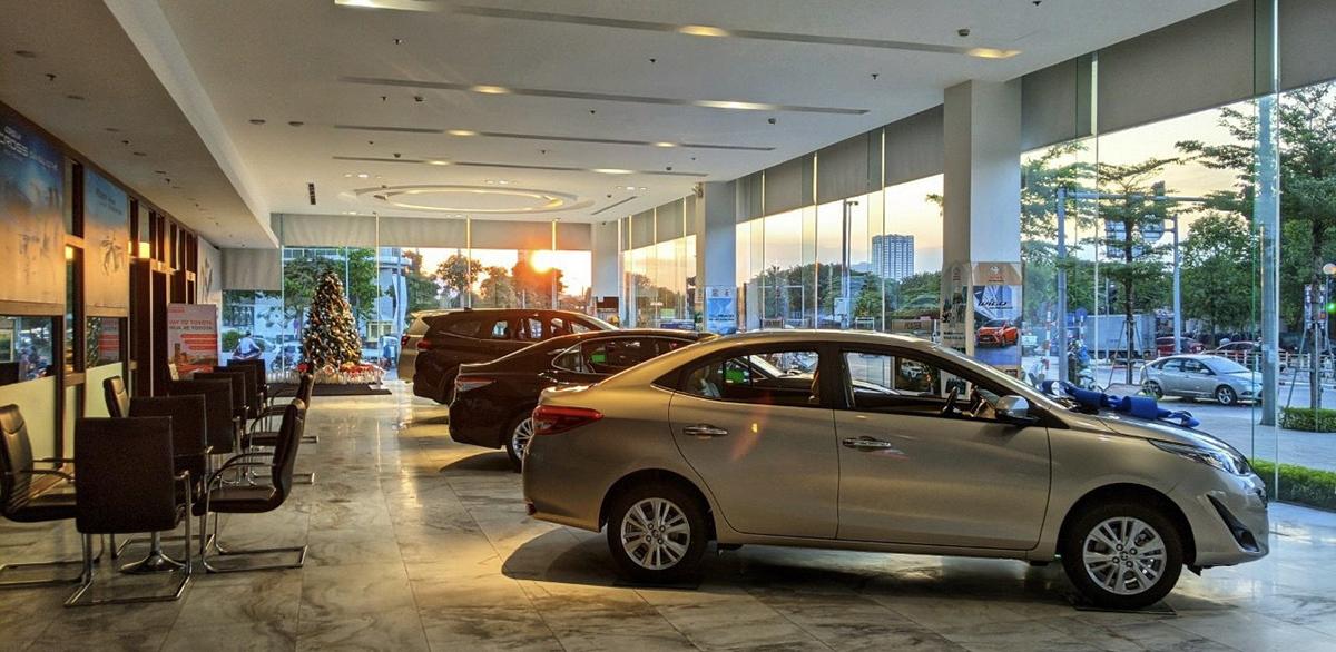 Một showroom ôtô vắng khách hậu giảm lệ phí trước bạ. Ảnh: Văn Thắng