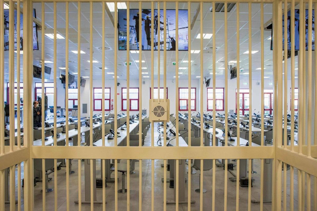 Bên trong căn phòng boong-ke được thiết kế đặc biệt cho phiên tòa xử mafia quy mô lớn sắp tới. Ảnh: AFP.