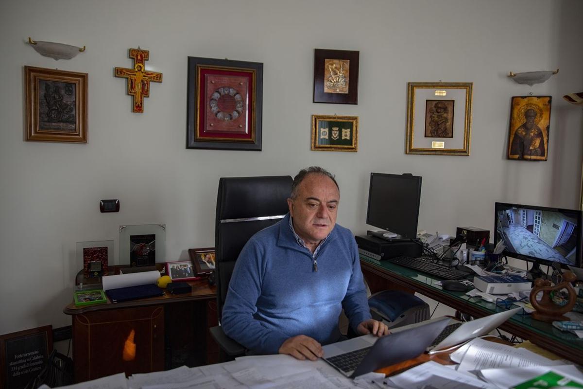 Công tố viên Nicola Gratteri hiếm khi đi đâu, ngoài nhà và cơ quan. Ảnh: The Wall Street Journal.