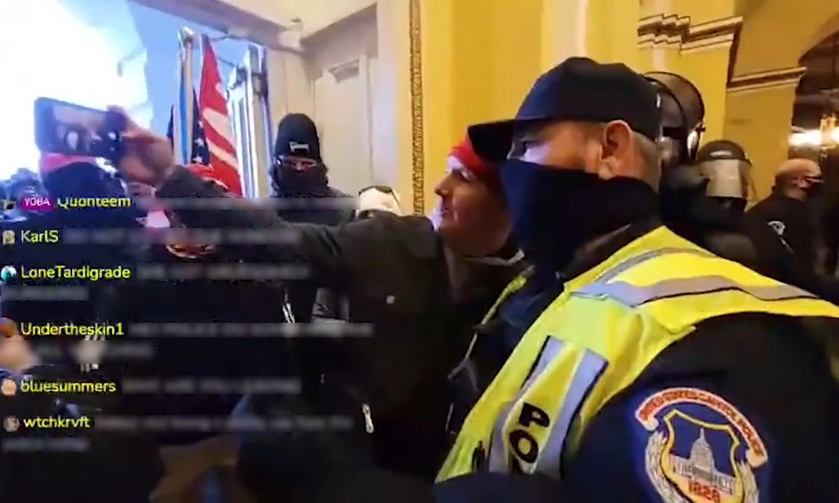 Cảnh sát quốc hội Mỹ chụp ảnh selfie cùng người biểu tình xâm nhập Đồi Capitol, ngày 6/1, Ảnh chụp màn hình kênh CNN.