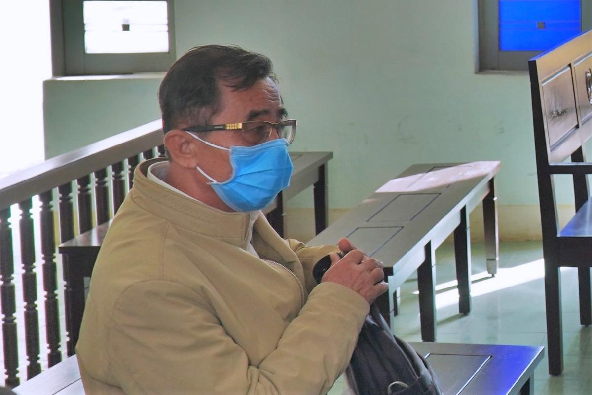 Bị cáo Điệp ngồi xuống ghế tòa sau khi HĐXX tuyên án xong. Ảnh: Việt Quốc.