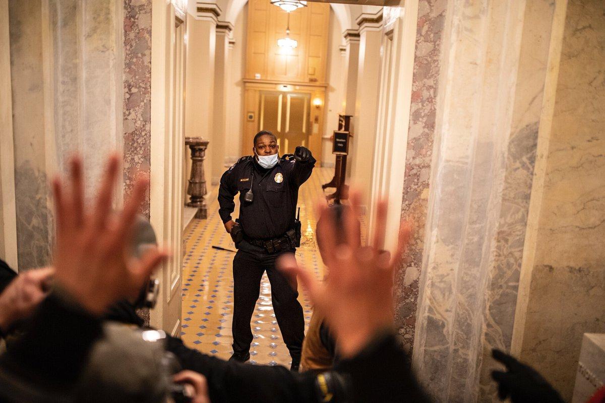 Sĩ quan Eugene Goodman một mình ngăn cản người biểu tình ở quốc hội Mỹ hôm 6/1. Ảnh: NY Times.