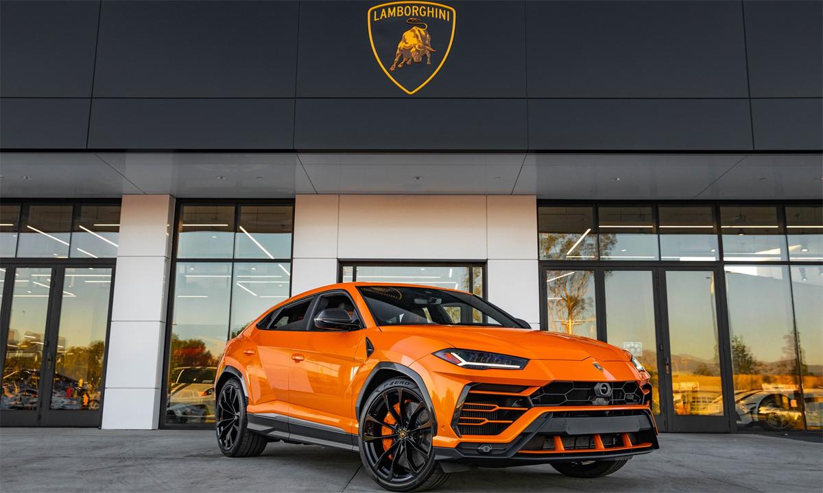 Siêu SUV Urus màu cam đứng đại lý. Ảnh: Lamborghini Newport Beach