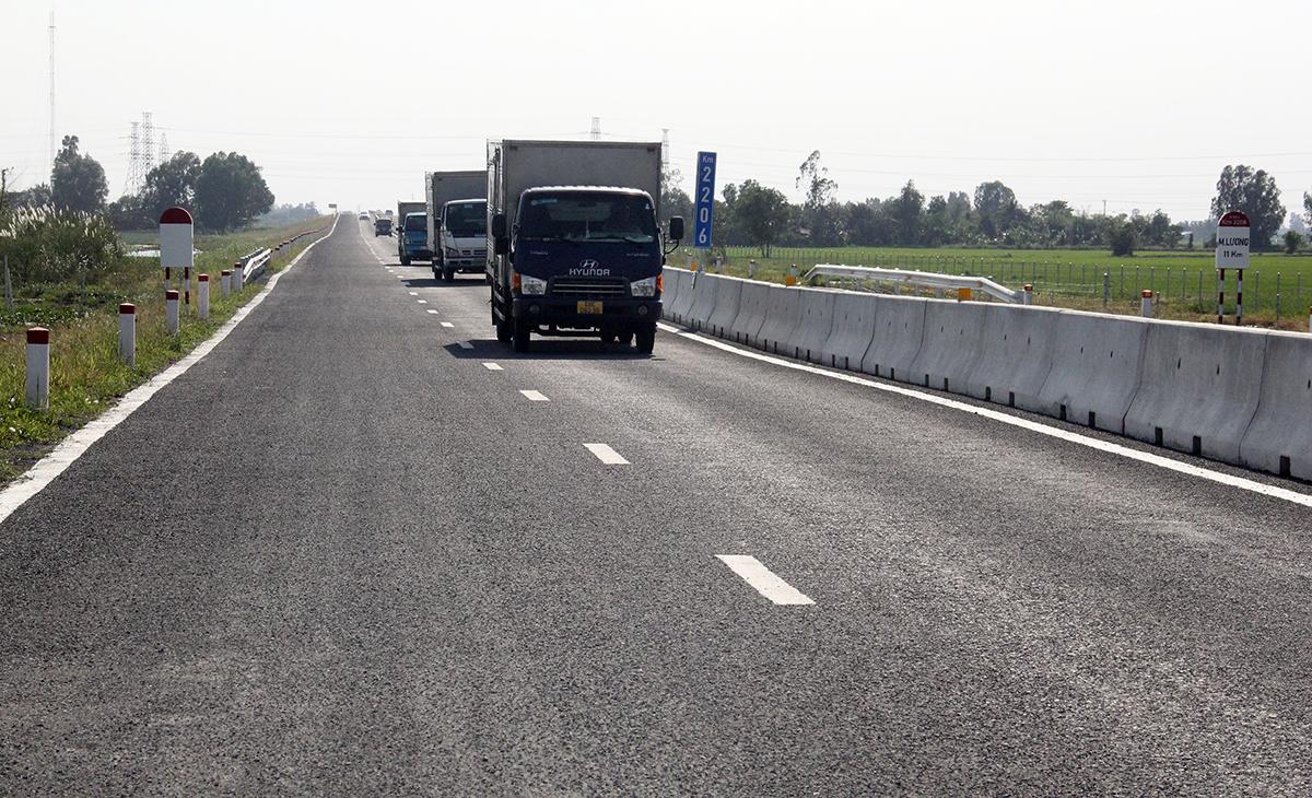 Các phương tiện bắt đầu lưu thông trên cao tốc Lộ Tẻ - Rạch Sỏi ngày 12/1. Ảnh: Cửu Long