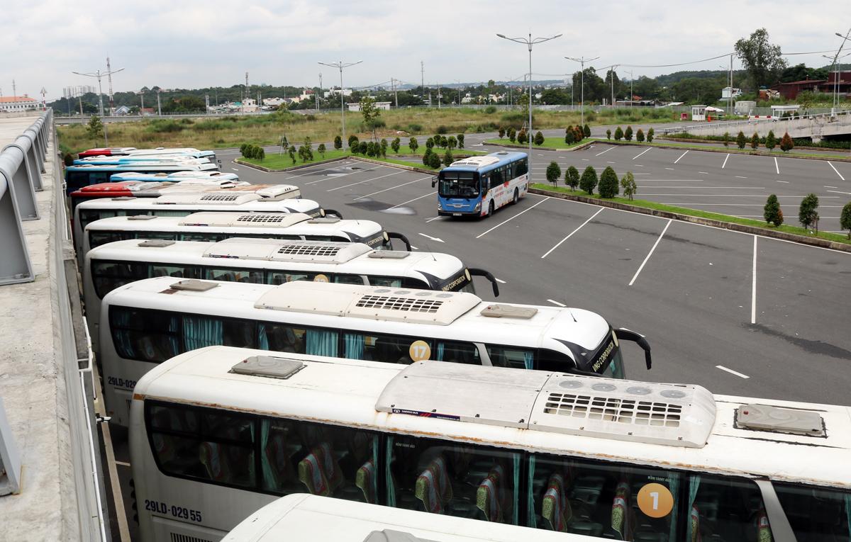 Xe khách, buýt đậu ngoài sân đỗ Bến xe Miền Đông mới. Ảnh: Gia Minh.