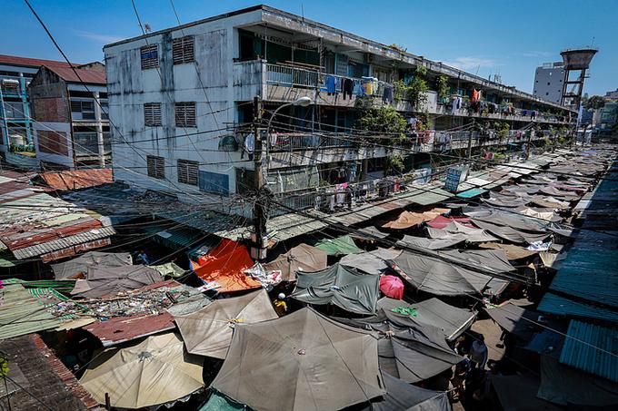 Chung cư Ngô Gia Tự ở quận 10 bị hư hỏng xuống cấp, hư hỏng vào tháng 3/2017 nhưng chưa thể tháo dỡ di dời. Ảnh:Thành Nguyễn.