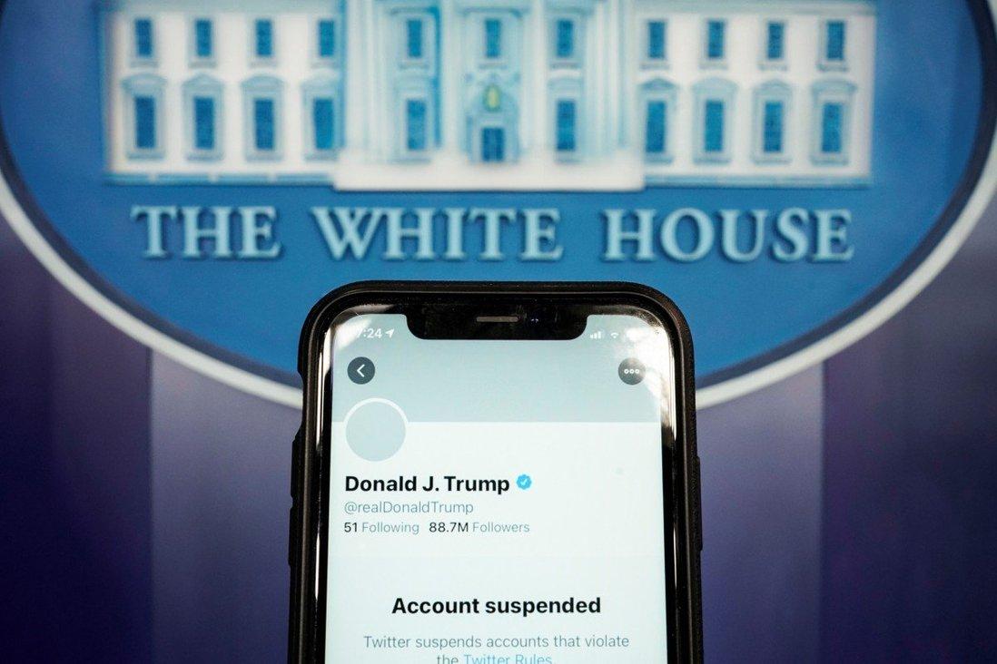 Màn hình điện thoại hiển thị tài khoản Twitter của Trump đã bị dừng hoạt động. Ảnh: Reuters.