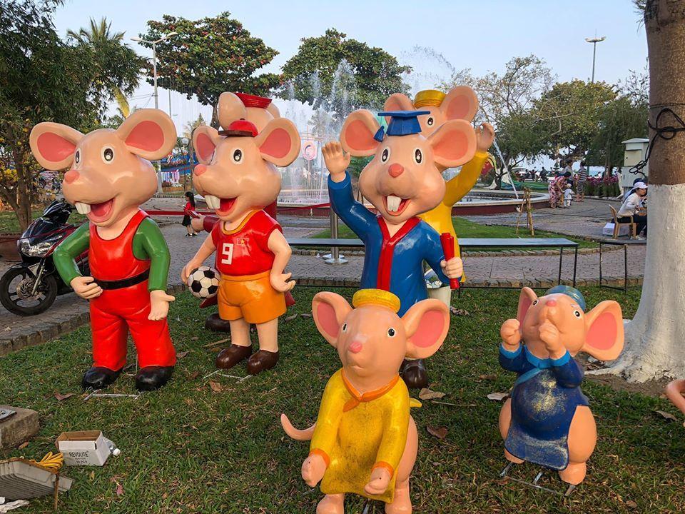 Gia đình chuột với biểu cảm khác lạ.