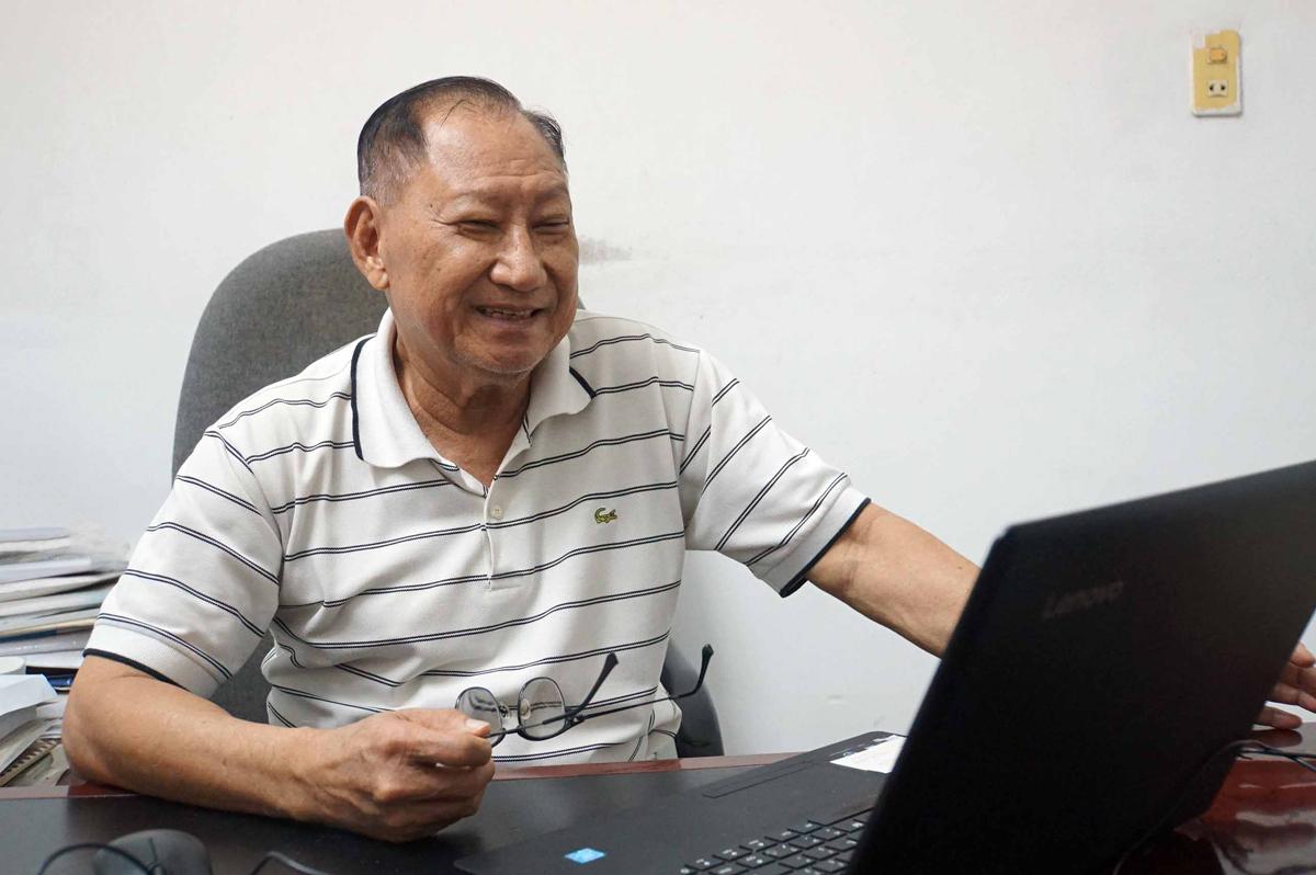 Ông Nguyễn Văn Tấn xem lại bài học trực tuyến chiều 12/1 tại nhà riêng. Ảnh: Mạnh Tùng.
