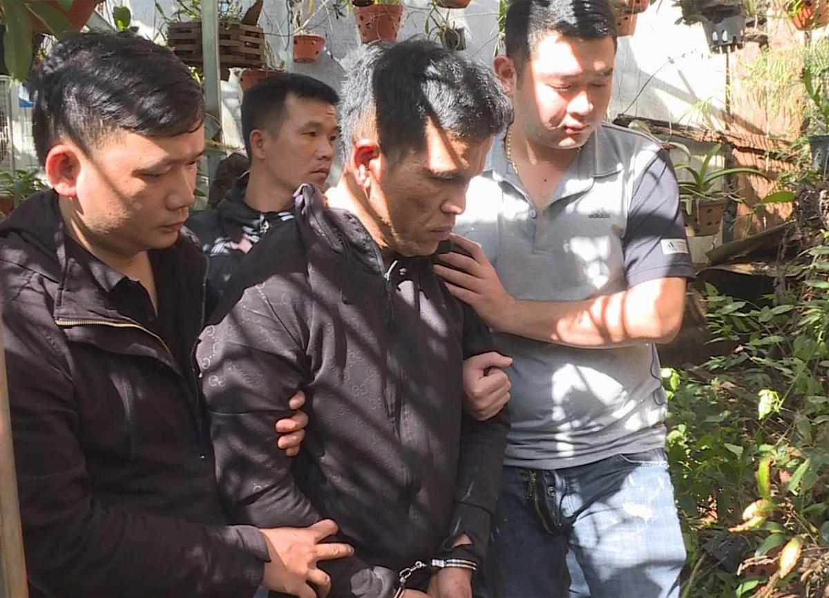 Luân (giữa) bị cảnh sát bắt. Ảnh: Thu Hà.