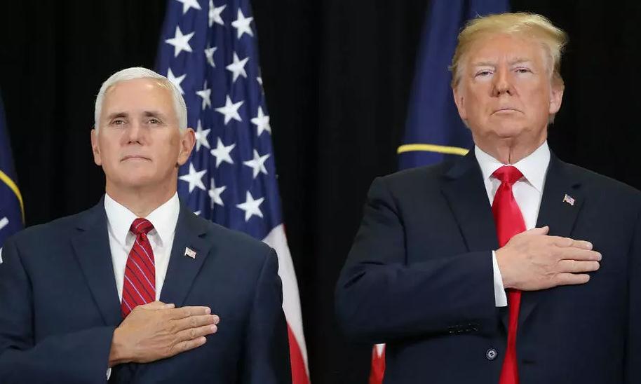 Pence (trái) và Trump trong một buổi lễ hồi năm 2018. Ảnh: AFP.