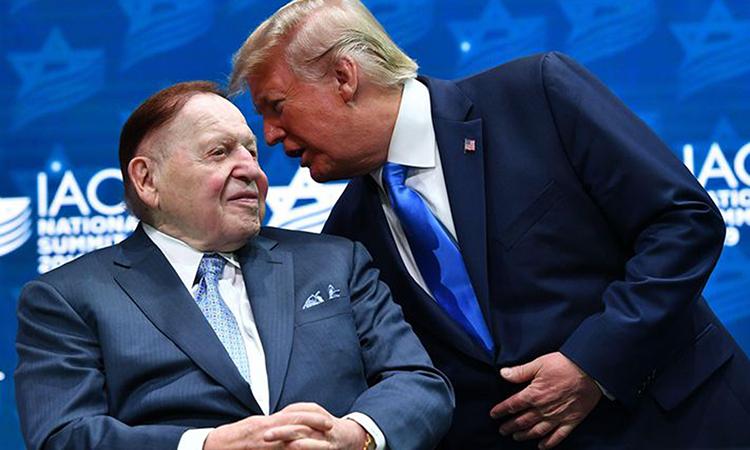 Tỷ phú Sheldon Adelson (trái) và Tổng thống Donald Trump tại một sự kiện ở Hollywood, bang Florida hồi tháng 12/2019. Ảnh: AFP.