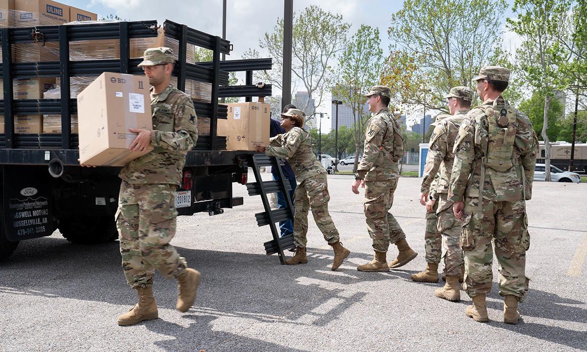 Lực lượng Vệ binh quốc gia hỗ trợ nỗ lực ứng phó Covid-19 ở bang Louisiana hồi tháng 3/2020. Ảnh: WBRZ.